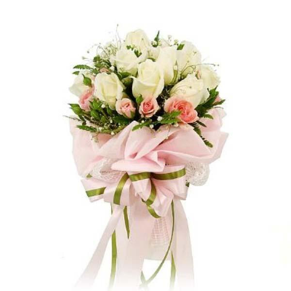 Gördüğünü herkez sever, sen onda görmediğini bulacaksın. 15 adet beyaz güllerden oluşan buket
