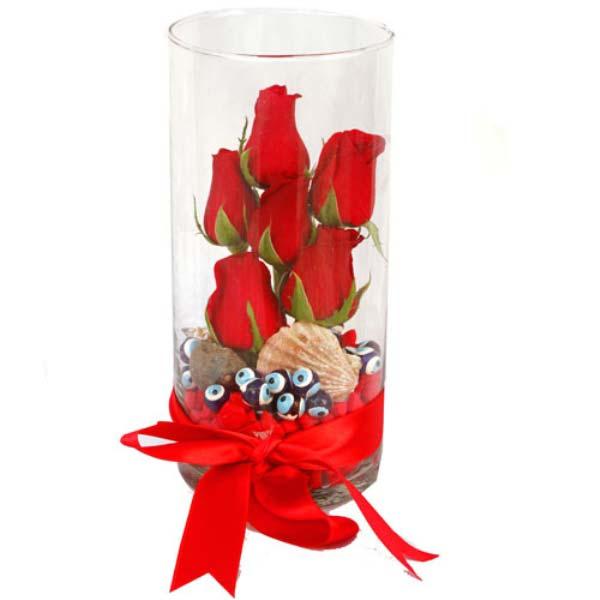 Eğer gerçek aşk istiyorsan, kalbe dokunacaksın. Cam vazo içerisinde 6 adet kırmızı güllerden oluşan arajman