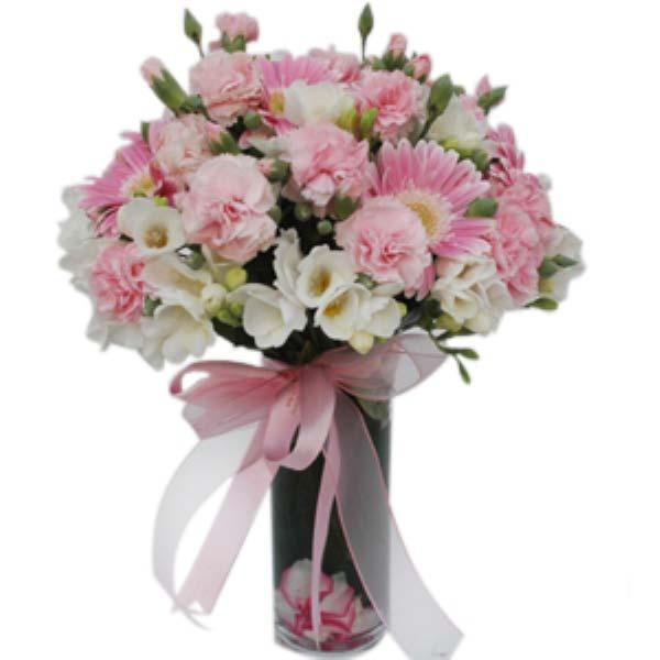 Sen benim her şeyimsin. Cam vazo içerisinde pembe celbera, pembe karanfil, beyaz kır çiçeklerinden oluşan arajman