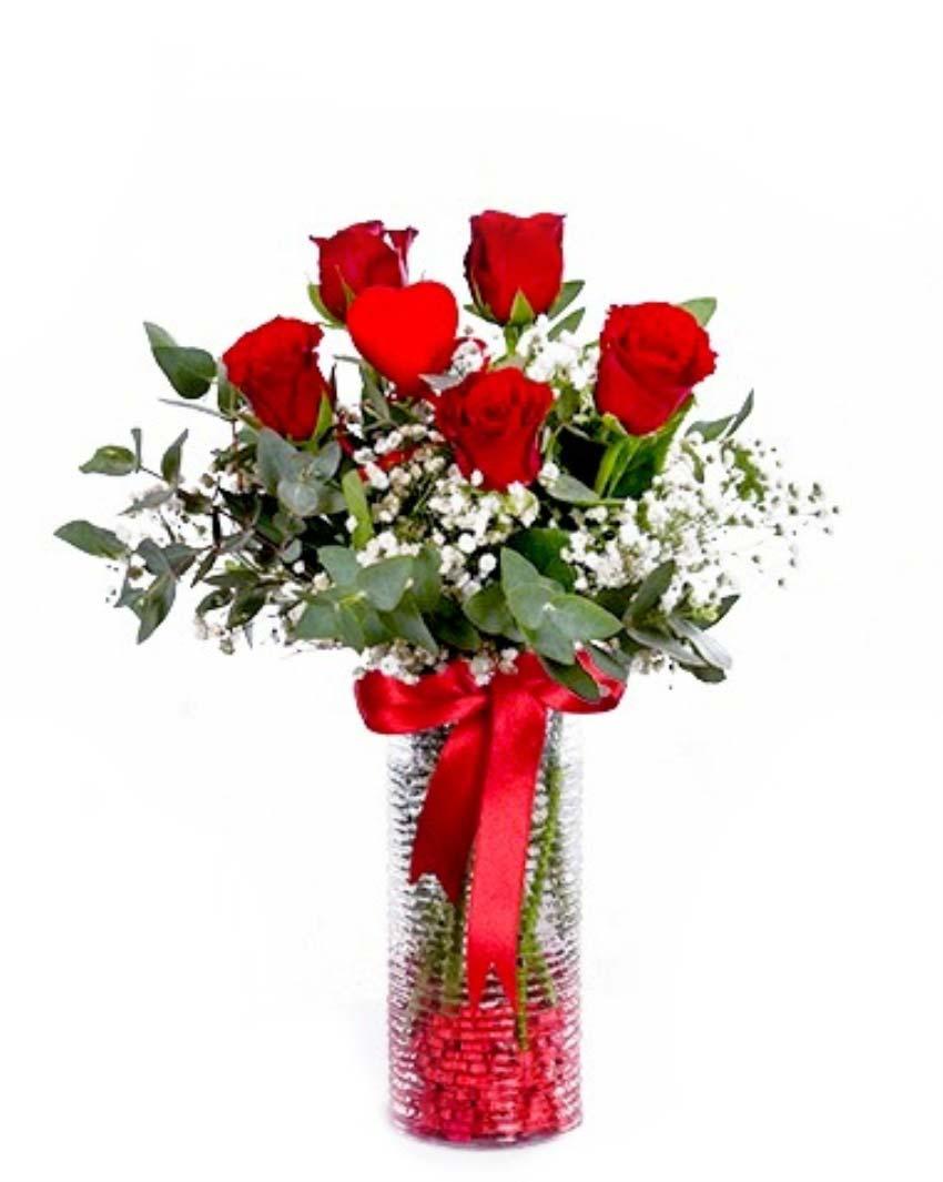 Gözlerine sözler yazıp aşkı yaşamak isterim, bi tanem. Cam vazo içerisinde 5 adet kırmızı güllerden oluşan arajman, 1 adet kalp çubuk